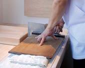 石臼挽きする手打ちの匠技蕎麦