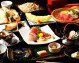 色とりどりの食材が楽しめる会席3,300円~。〆は本格手打蕎麦で
