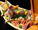 活魚を贅沢に舟盛りに。お祝いのお席に華を添えます。