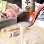 鶏ガラと水を大鍋で8時間以上炊いたコラーゲンたっぷりの水炊き