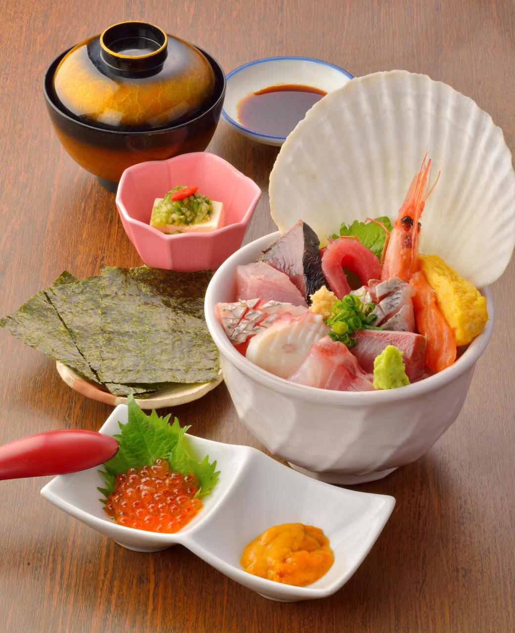 うにいくら合わせ海の幸10点盛「みちのく地魚海鮮丼」1,600円
