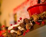 シックで落ち着いた雰囲気の店内に、赤いグッズが彩りを添える。