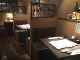 ◆テーブル席1〜2名迄◆入り口近くの壁沿いの席はお一人様でもゆっくり落ち着け、2名様でも前後が壁で区切られておりので意外と落ち着けます。