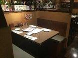 ◆BOXテーブル席2〜4名迄◆こちらの席は人気の半個室テーブル席との違いは暖簾がないだけです。こちらの席も人気があり、ゆったりと寛げる席となっております。