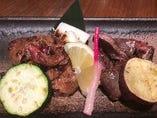 比内地鶏のモツ焼きは他の鶏肉よりモツの旨味が濃いのが特徴。砂肝、レバーの盛合わせ(150g)
