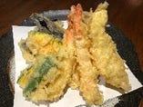 『天ぷら盛合せ』は海老、鶏ささみ、舞茸、茄子、かぼちゃが各2個ずつ入って980円!安すぎる!お得っ!!量が多すぎて皆さんに驚かれます。w