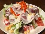 『生ハムのサラダ』はシーザードレッシングと生ハムの相性が意外とGOOD!ぜひ一度騙されたと思って食べてみて下さい♪