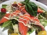その日によって魚の種類が変わる『本日の魚のカルパッチョ』。当店のカルパッチョは野菜が多いのでサラダ感覚でお召し上がり下さい♪