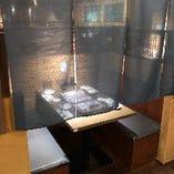 簾が落ち着く2名〜4名の半個室席。和空間にてお楽しみ下さい。