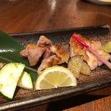 日本三大地鶏でもある比内地鶏は食感は歯応えがあり、味は肉の旨味が強いのが特徴。むね、もも、ふりそでの盛合わせ(合計150g)で炭火でじっくり焼いて提供しております。