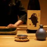 鮨との相性を考え長年培ってきた目利きで厳選した日本酒。