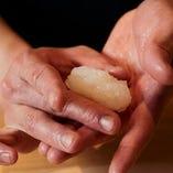 伝統的な江戸前の仕事を大切に一貫一貫握るお寿司。