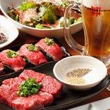 自慢の国産牛&豚を味わえるコース。お昼は45分食べ放題コースも