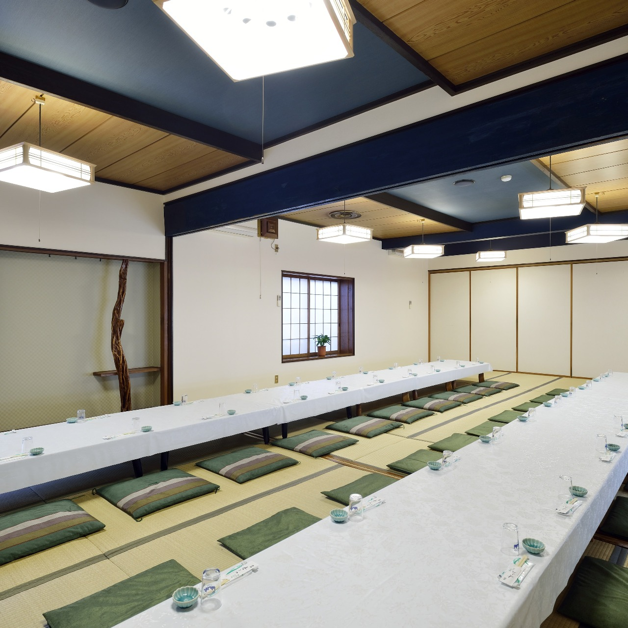 最大100名収容可能な宴会場完備