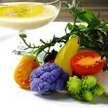 季節の無農薬野菜を使ったバーニャカウダは人気のメニュー!