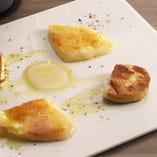 カチョカバーロと燻製モッツァレラの焼きチーズ