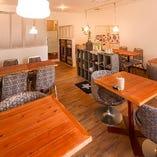 シャンデリアや椅子など古材を活かしたレトロでおしゃれな空間