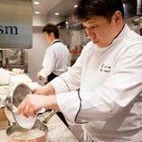 一皿一皿に命を吹き込んでいく、渡辺雄一郎シェフの丁寧な仕事を1階の調理場では、ガラス越しに楽しむこともでき、芸術的な作品のひとつひとつが作り上げられる様子も伺うこtが出来ます。