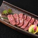 九州産黒毛和牛を炉端で焼き上げ、仕上げに藁の香りを纏わせます