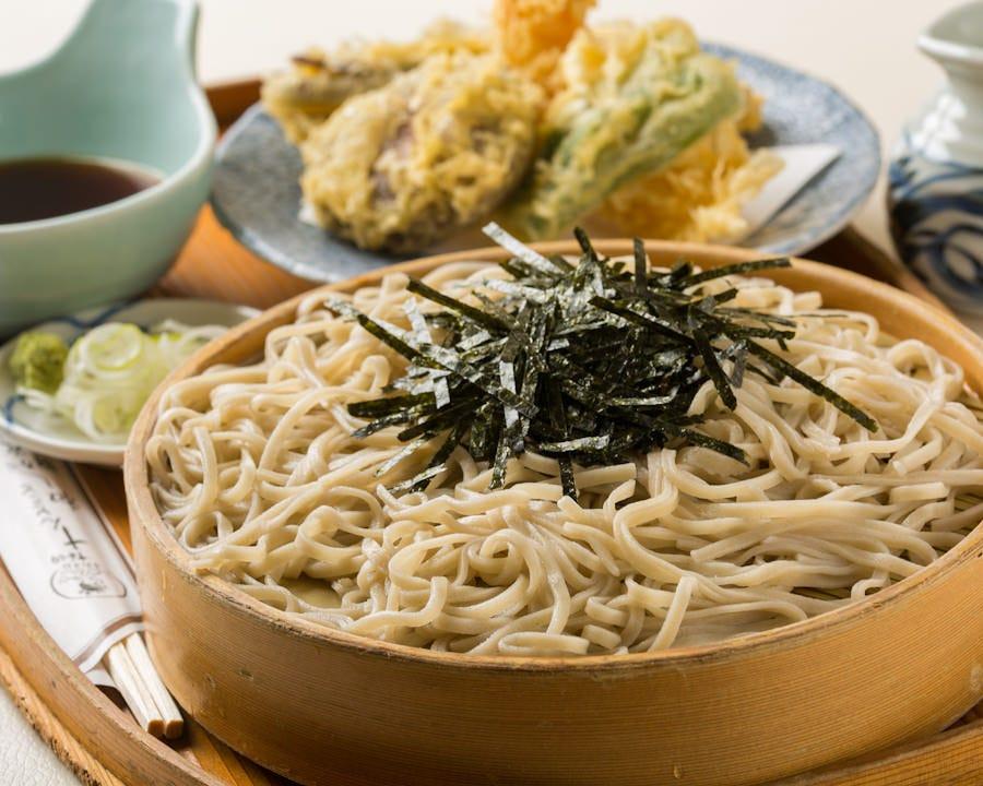 当店自慢の天ぷらが付いた天然えびと野菜天ざる(1,600円)