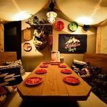 グランピングが体験できる地下1階の個室。中規模宴会に最適。