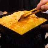 出汁の効いた玉子焼き熟練の技で。蕎麦前でお楽しみ下さいませ。