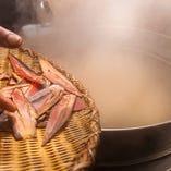 鰹節、宗田節、本枯節は2種類使い、じっくり煮だす濃厚特製出汁