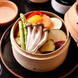 いろいろ野菜のまんま蒸しは、滋味あふれる一品