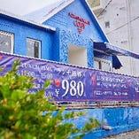 青い建物が特徴的な当店です♪