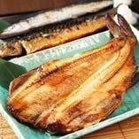 手前から、特大ホッケ、焼き鯖、焼き秋刀魚。