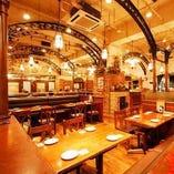天井の高い開放的な店内。最高のビールで乾杯!