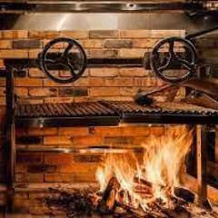 薪の香りが広がる店内はお洒落で落ち着いた雰囲気を演出します。