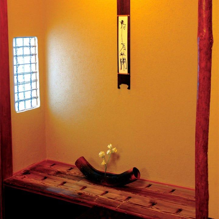 個室には全室床の間を設え、季節のおもてなしを