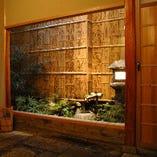 玄関の脇には 静寂の風情を生み出してくれる坪庭