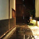 玄関は、路地を奥までまっすぐ進んだところ 風情があって期待が膨らむアプローチ
