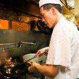 中国国家認定資格保有者の料理人が、手際よくお料理を仕上げます