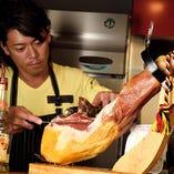 上質なハモンセラーノは店内で切り落とします。