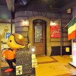 当店は洞窟風の玄関口から2階に上がっていただきます。
