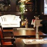 メインテーブルは白のアンティークソファが人気!