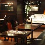 ステージ上の白いソファーを中心に一体感のある会場
