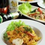 イエローカレーの炒め物は、蟹、海老、白身魚の3種類の具材を選べます。
