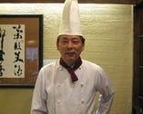 お客様を笑顔にする 2代目料理長の和田康一シェフ。
