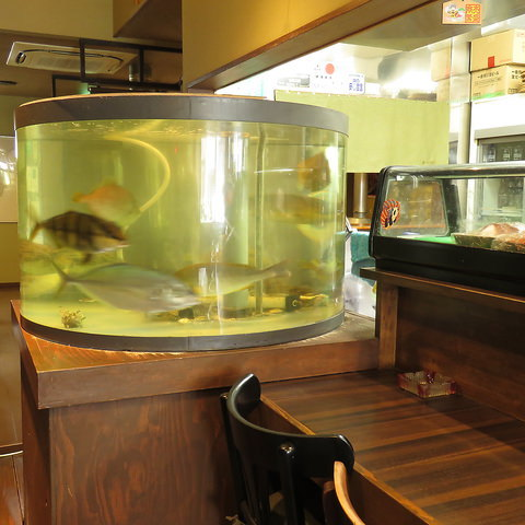 生簀の活魚や産直の鮮魚を盛り合せで