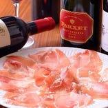 【看板メニュー】 熟成させた生ハムはワインと相性抜群