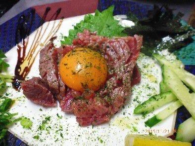黒毛和牛タタキユッケ/1,350円~新鮮和牛モモを使用。