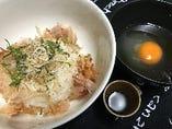 カリカリじゃこの卵かけご飯  ジャコと鰹がのったご飯に、出汁入生卵と魔法の醤油をかけて食す!