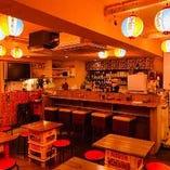 沖縄屋台村をイメージした店内。