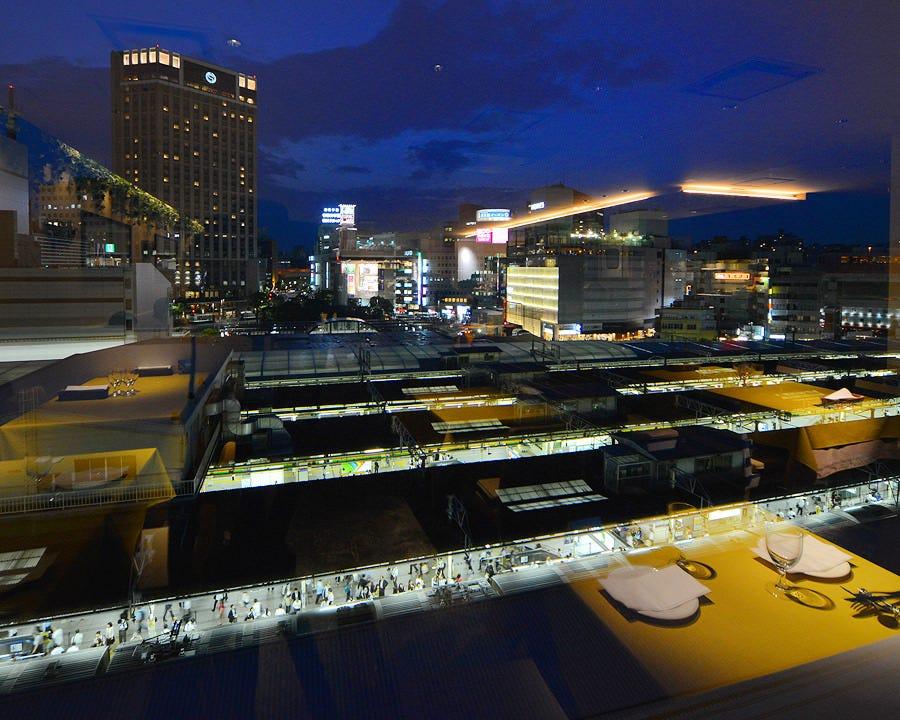 表情変える横浜駅前の景色を眺めて