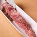 一本カルビ:牛のナカオチ部分に切り込みを入れ、特製赤ダレにもみこんでご提供。食べ応え十分◎