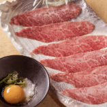 最近のイチオシ、和牛焼きすき!薄くスライスされたお肉を両面それぞれ5秒ずつ炙り、特製のすき焼きだれをつけてお召し上がりください!